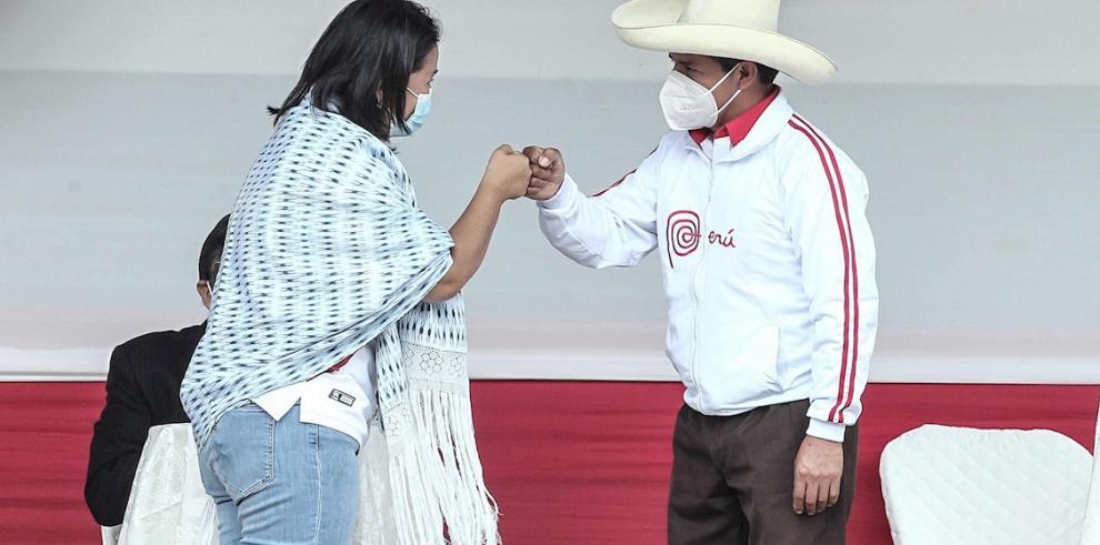 Los candidatos a la presidencia de Perú Keiko Fujimori (i) y Pedro Castillo se saludan en un debate en la provincia norteña de Chota (Perú)