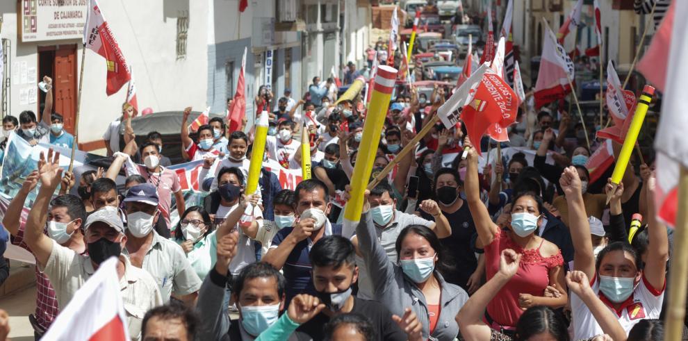 Simpatizantes del candidato presidencial Pedro Castillo se manifiestan durante la espera de los resultados de los comicios presidenciales, hoy, en las calles de Tacabamba, provincia de Cajamarca (Perú).