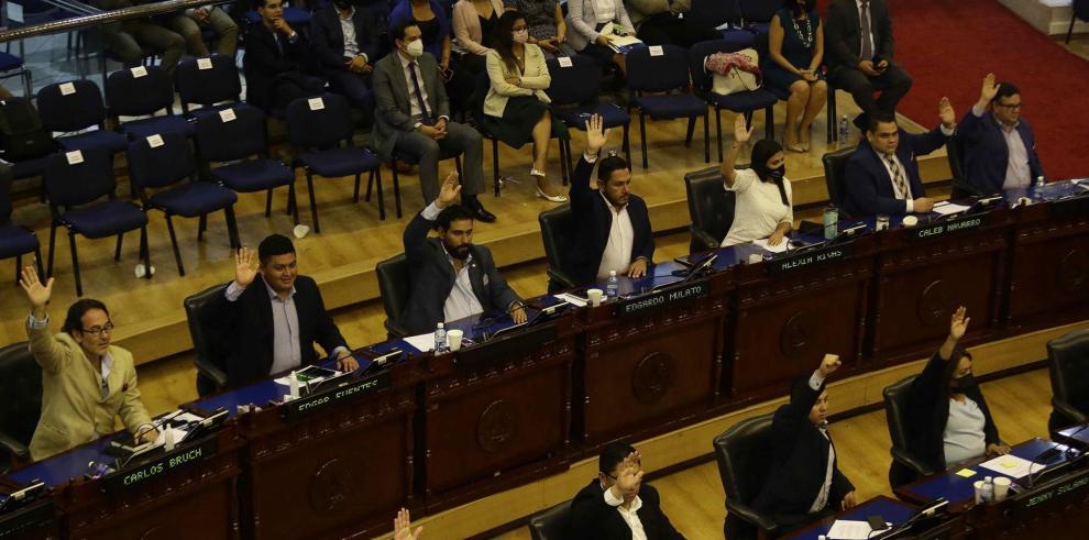 Diputados votan la ley Bitcoin durante la sesión del martes en la Asamblea Legislativa de El Salvador