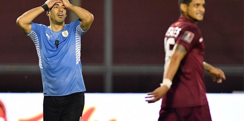 Luis Suárez (i) de Uruguay se lamenta el 8 de junio en un partido de las eliminatorias sudamericanas entre Venezuela y Uruguay para el Mundial de Catar 2022 en el estadio Olímpico UCV en Caracas (Venezuela).