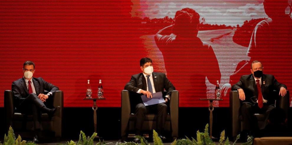 El presidente del Gobierno español, Pedro Sánchez (i), el presidente de Costa Rica, Carlos Alvarado Quesada (c); y el presidente de Guatemala, Alejandro Giammattei (d), participan hoy en la inauguración de la Cumbre Extraordinaria de Jefes de Estado y de