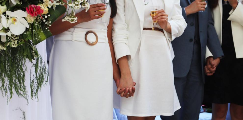 Parejas de matrimonios igualitarios participaron en una unión matrimonial masiva en la explanada del Registro Civil de Ciudad de México