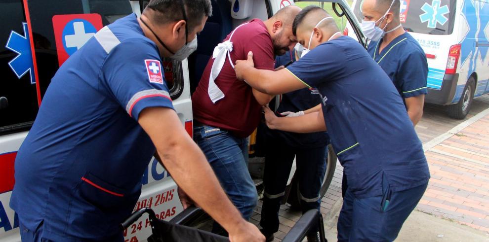 Trabajadores sanitarios trasladan hoy a un herido a la Clínica Medical Duarte, tras la explosión de un carro bomba en Cúcuta (Colombia).