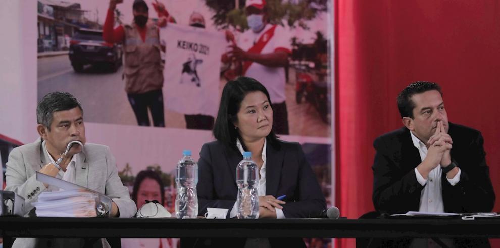La candidata presidencial derechista por el partido Fuerza Popular, Keiko Fujimori, habla junto a sus asesores Miguel Torres (d) y Luis Galarreta (i
