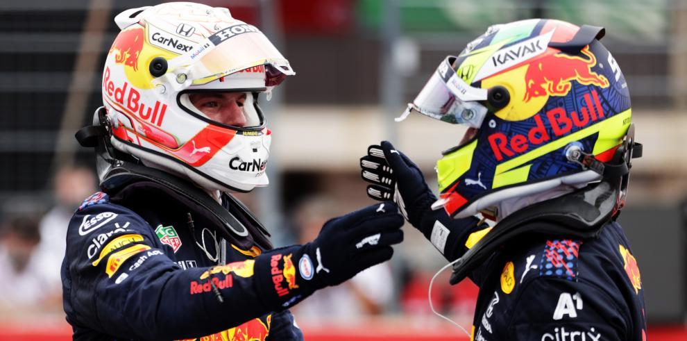 El mexicano Sergio Pérez y  su compañero holandés Max Verstappen
