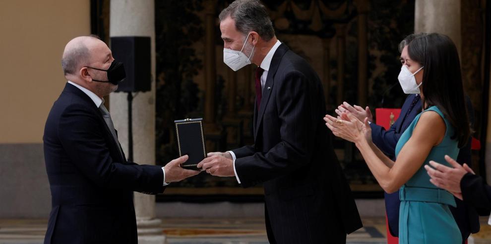 Los reyes Felipe VI y Letizia hacen entrega de la Medalla de Oro al Mérito en las Bellas Artes 2018 al cantante y compositor panameño Rubén Blades (i)
