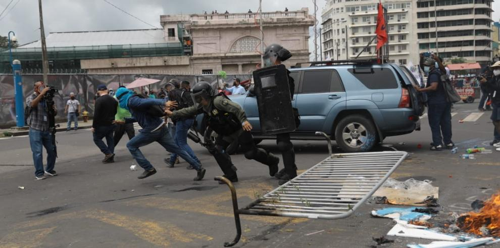 Represión policial a las afueras de la Asamblea Nacional a 2 años de la administración del presidente, Laurentino Cortizo.