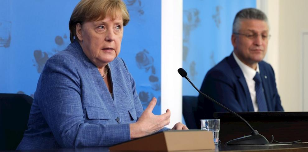 La canciller alemana, Angela Merkel y el presidente del Instituto de virología Robert Koch, Lothar Wieler, en una rueda de prensa este martes en Berlín.