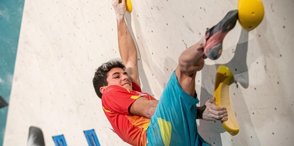 El escalador español Alberto Gines Lopez, en una competición.