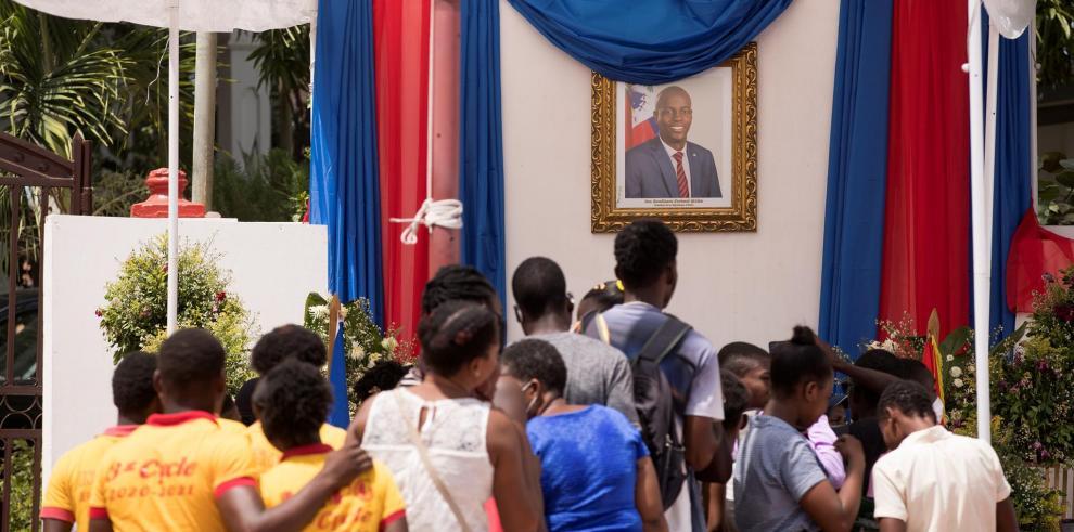 Varias personas hacen fila para firmar un libro de condolencias como homenaje al presidente asesinado Jovenel Moise