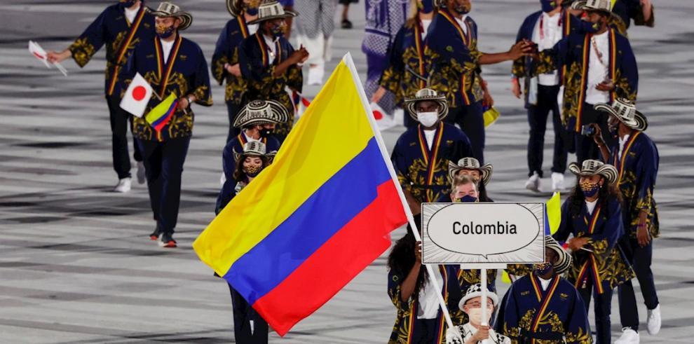 Representantes de la delegación de Colombia fueron registrados este viernes, durante el desfile inaugural de los Juegos Olímpicos de Tokio