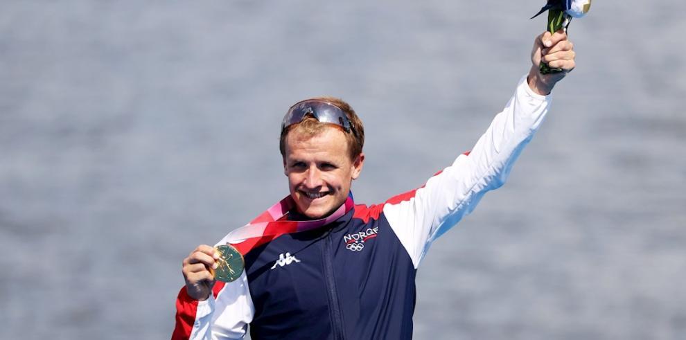 El medallista de oro Kristian Blummenfelt de Noruega durante la ceremonia de entrega de medallas para la carrera de Triatlón Masculino de los Juegos Olímpicos de Tokio 2020.