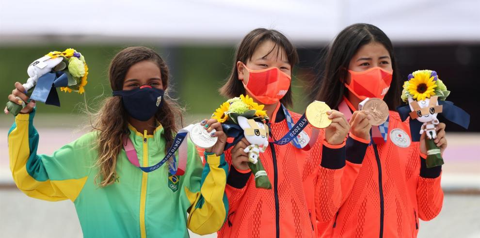 Momiji Nishiya (c-oro), Rayssa Leal (i-plata), y Nakayama Funa (bronce).