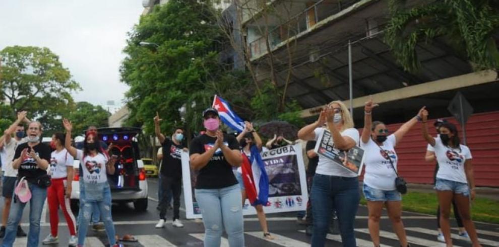 Un grupo de cubanos participa en un cierre de calle en Panamá en protesta contra el gobierno de la isla.