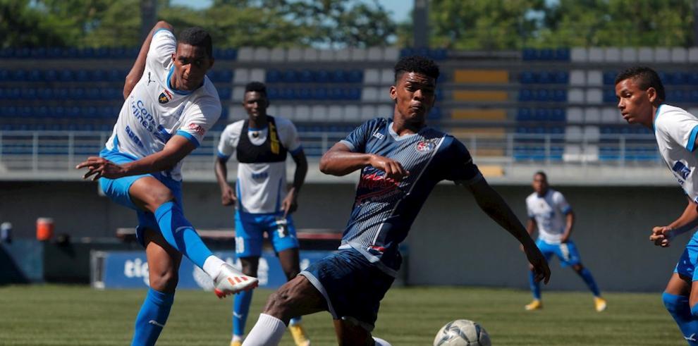 Daniel Aparicio (i) jugador del Club Deportivo Plaza Amador