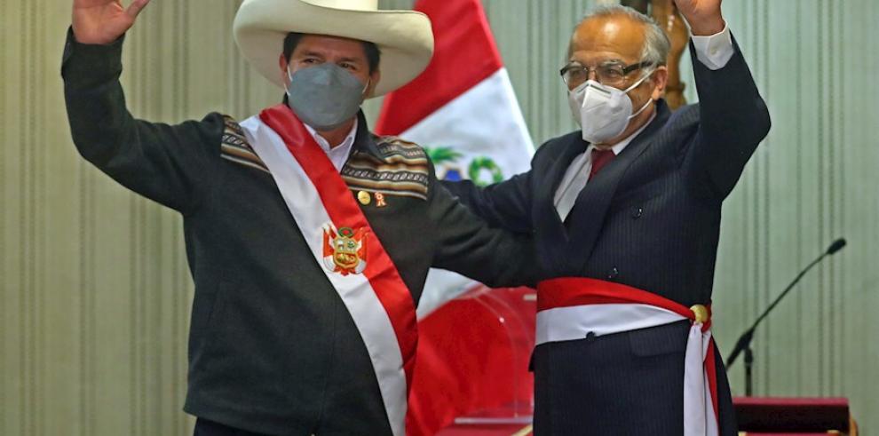 El presidente peruano Pedro Castillo (i) junto a Aníbal Torres, luego de juramentarlo como nuevo ministro de Justicia y Derechos Humanos.