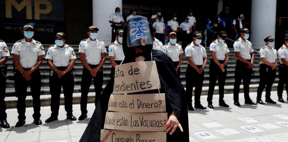 Ciudadanos participan en una manifestación en Ciudad de Guatemala