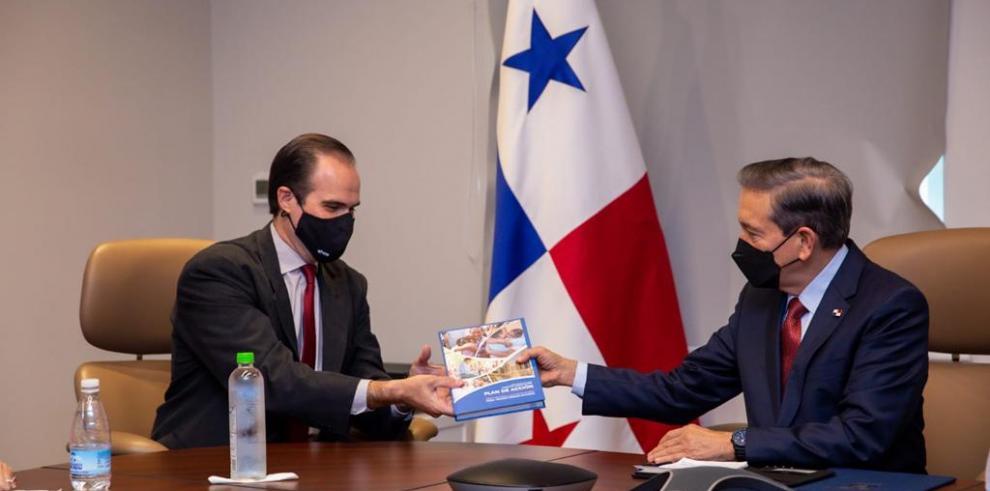 El director ejecutivo del BID Maurice Claver-Carone y el presidente de la República de Panamá, Laurentino Cortizo.
