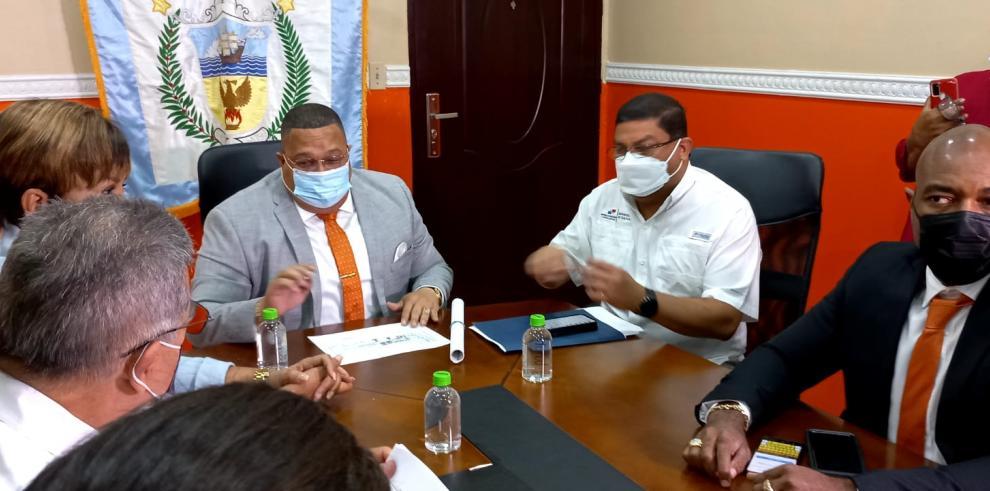 Reunión de Alex Lee, alcalde de Colón (i), Carlos Aguilar, titular de MiCultura (c) y el diputado Jairo Salazar (d).
