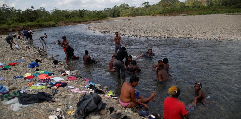 Migrantes haitianos se bañan en el río Tuquesa el 10 de febrero de 2021, en la comunidad de Bajo Chiquito, provincia del Darién