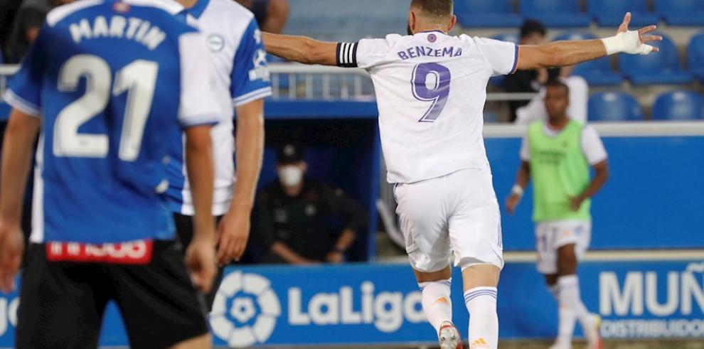 El delantero francés del Real Madrid Karim Benzema (d) celebra uno de sus dos goles ante el Alavés.