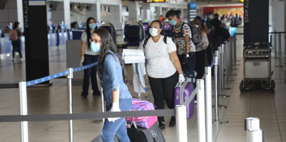 Pasajeros arriban en el Aeropuerto Internacional de Tocumen.