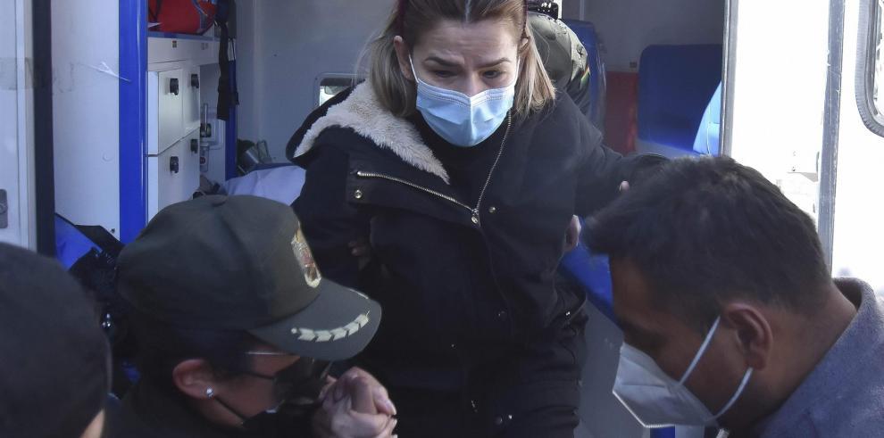 La expresidenta interina de Bolivia Jeanine Áñez (c) es asistida por un policía para salir de una ambulancia que la llevó de regreso a la cárcel donde se encuentra detenida, hoy en La Paz (Bolivia).  EFE / Fotógrafo autónomo