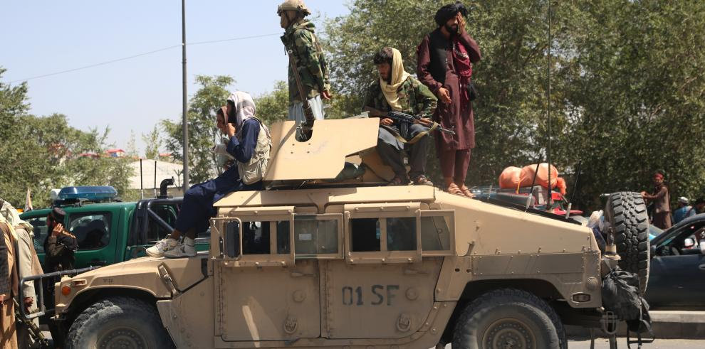 El pánico a los talibanes desató el caos en el aeropuerto de Kabul. Algunos residentes queriendo huir, perdieron la vida.