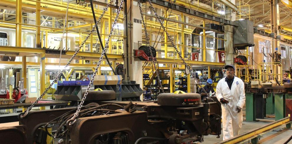 Los empleados trabajan en la sede de la empresa Kawasaki en Yonkers City, en una foto de archivo.