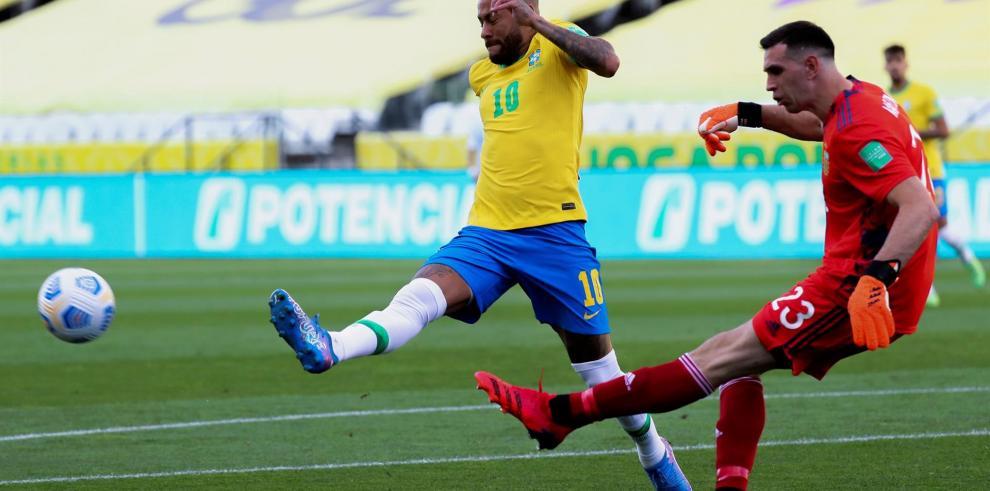 Neymar (l) de Brasil disputa un balón con el portero Emiliano Martínez de Argentin, el 5 de septiembre de 2021, en un partido de las eliminatorias sudamericanas para el Mundial de Qatar 2022