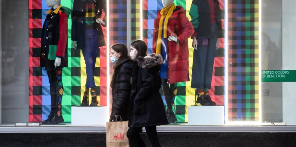 Una foto de archivo muestra a mujeres comprando en una calle comercial de Berlín.