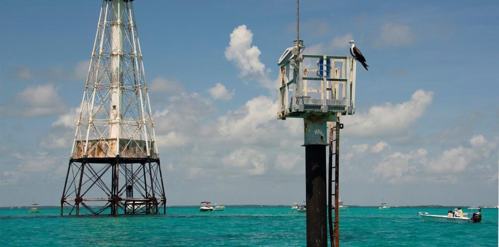 Foto cortesía de Florida Keys News Bureau que muestra los barcos de buzos anclados el martes alrededor del histórico Alligator Reef Lighthouse frente a Islamorada.