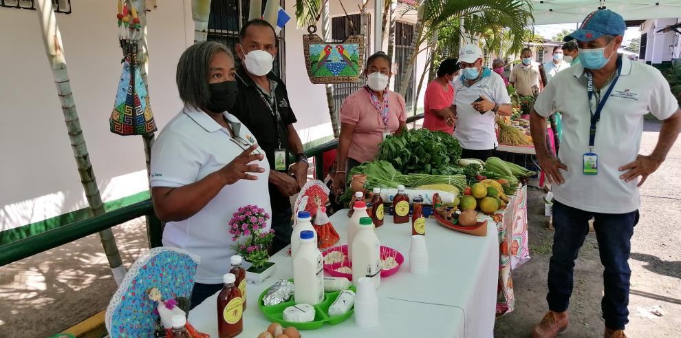 La agricultura familiar permite la comercialización de productos del mercado local, contribuyendo a la alimentación y la economía.