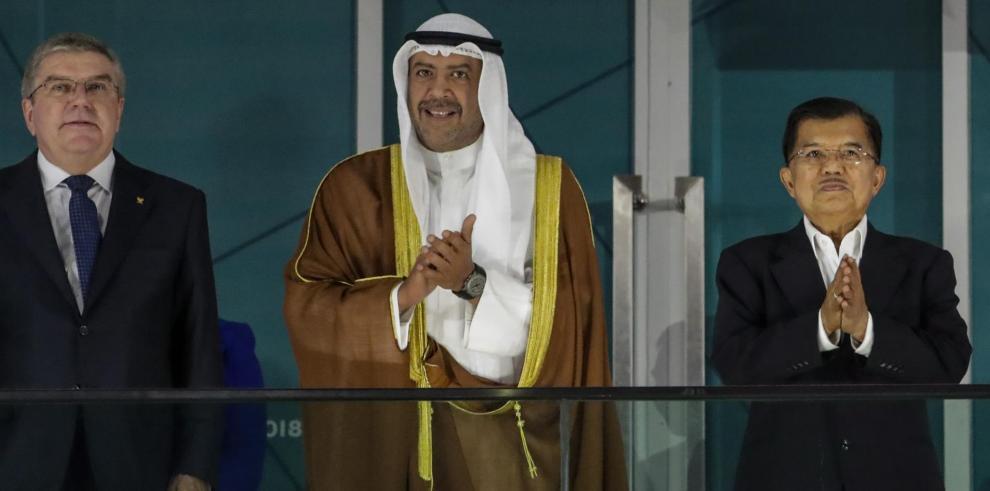 (De izquierda a derecha) Thomas Bach, presidente del Comité Olímpico Internacional (COI), el jeque kuwaití Ahmed Al-Fahad Al-Ahmed Al-Sabah, presidente del Consejo Olímpico de Asia, y el vicepresidente de Indonesia, Jusuf Kalla,