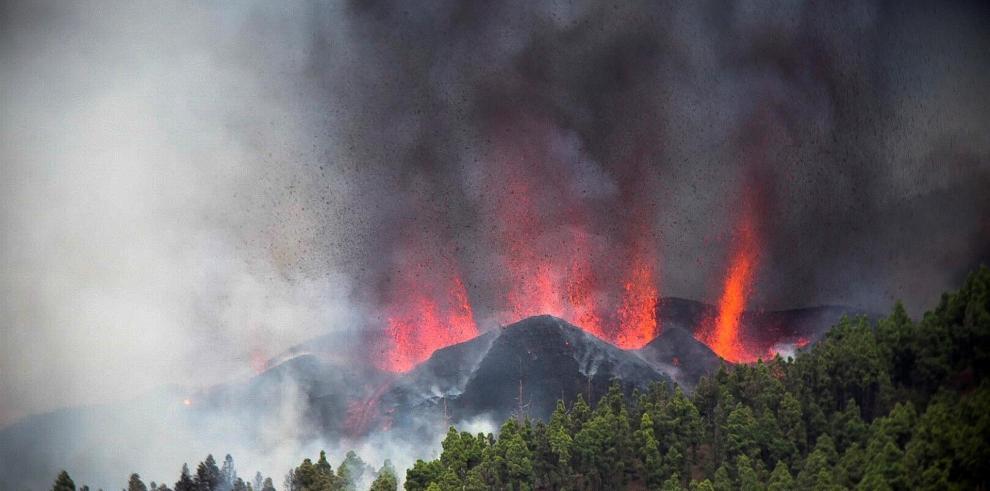 Una erupción volcánica ha comenzado esta tarde de domingo en los alrededores de Las Manchas, en El Paso (La Palma), después de que el complejo de la Cumbre Vieja acumulara miles de terremotos en la última semana, conforme el magma iba presionando el subsu
