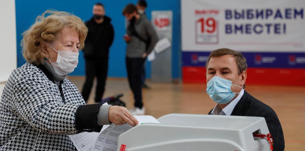 Una mujer rusa es captada durante la votación de las Elecciones Parlamentarias 2021.