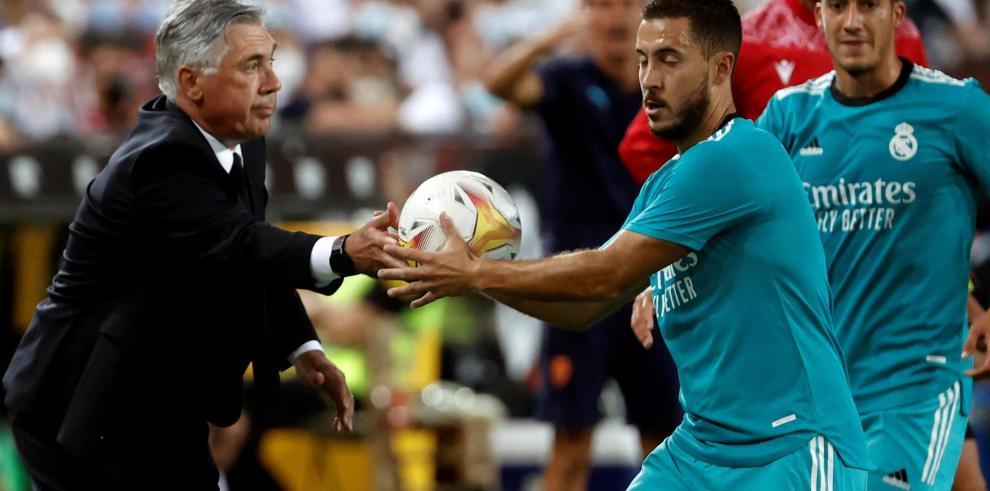 El centrocampista belga del Real Madrid Eden Hazard (d) y su entrenador Carlo Ancelotti durante el partido de la Liga contra el Valencia