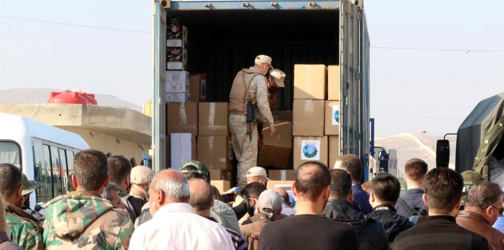 Soldados distribuyen ayuda humanitaria en Siria Guerra en Siria