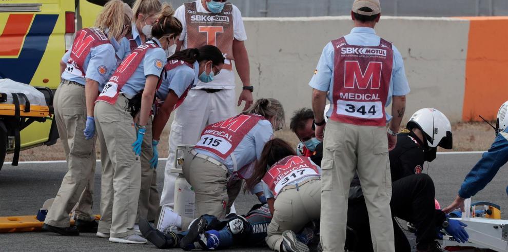El equipo médico atiende al piloto de SuperSport300 Dean Berta Viñales (Viñales Racing Team)