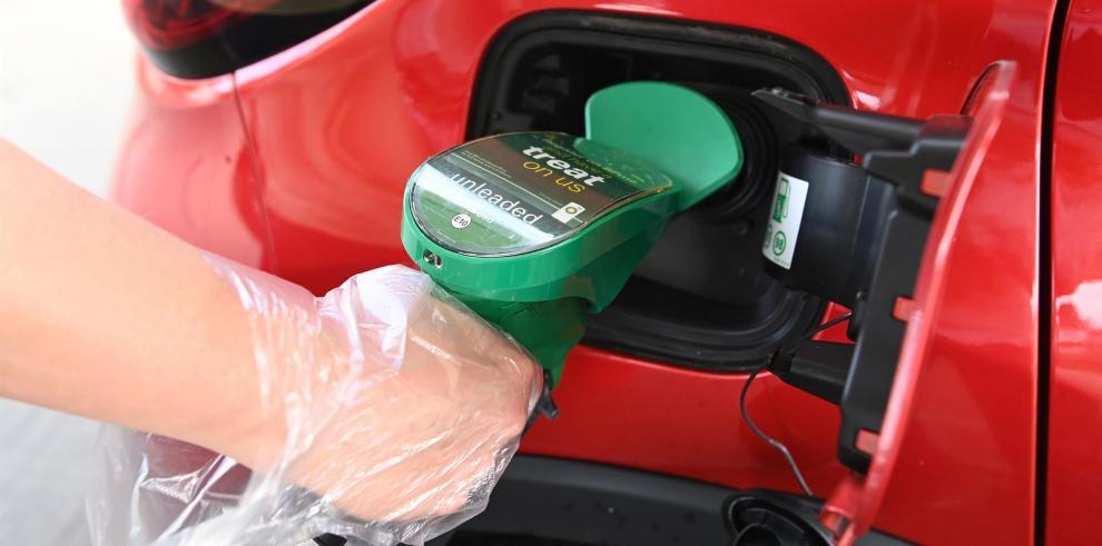 Un surtidor en una gasolinera, en una fotografía de archivo. EFE/EPA/FACUNDO ARRIZABALAGA