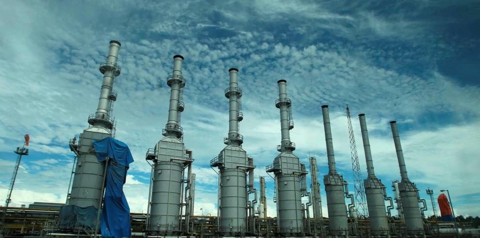 Fotografía de archivo que muestra la planta de procesamiento de gas del yacimiento Camisea, en Cusco (Perú). EFE/Paolo Aguilar