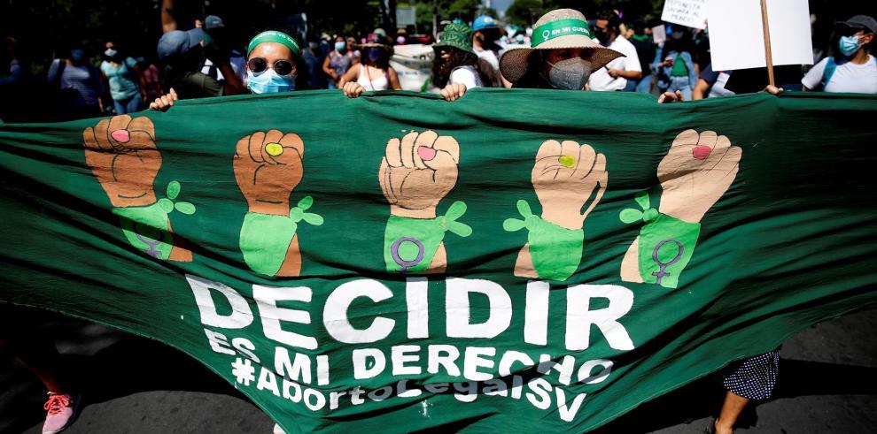 Mujeres salvadoreñas marchan para exigir políticas públicas sobre salud sexual