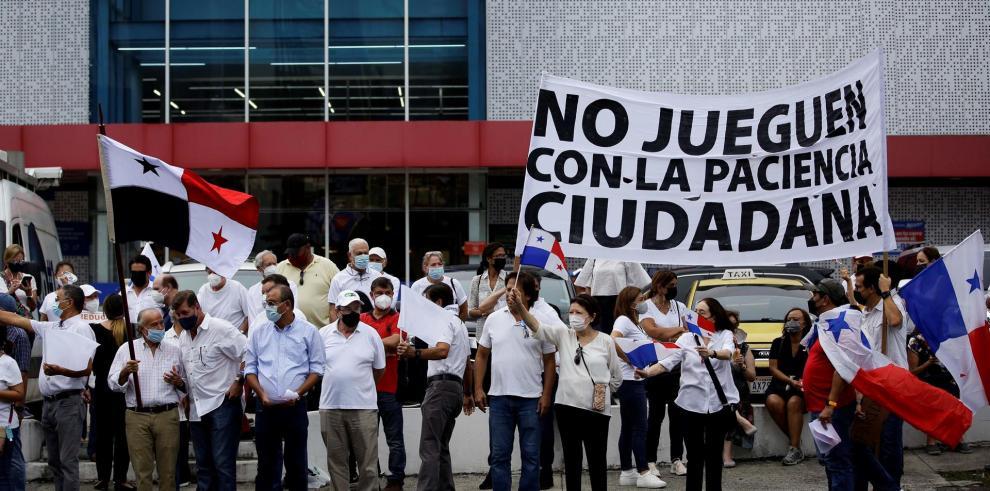 Ciudadanos y activistas de diferentes organizaciones realizan hoy una protesta contra las reformas electorales que está llevando a cabo el Parlamento panameño, en la Calle 50 de la Ciudad de Panamá