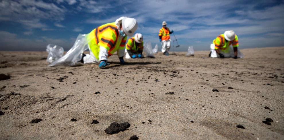 Vista de la limpieza en Huntington Beach, California, el 4 de octubre de 2021