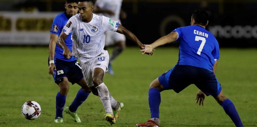 Darwin Cerén (d) de El Salvador disputa un balón con Edgar Barcenas de Panamá.
