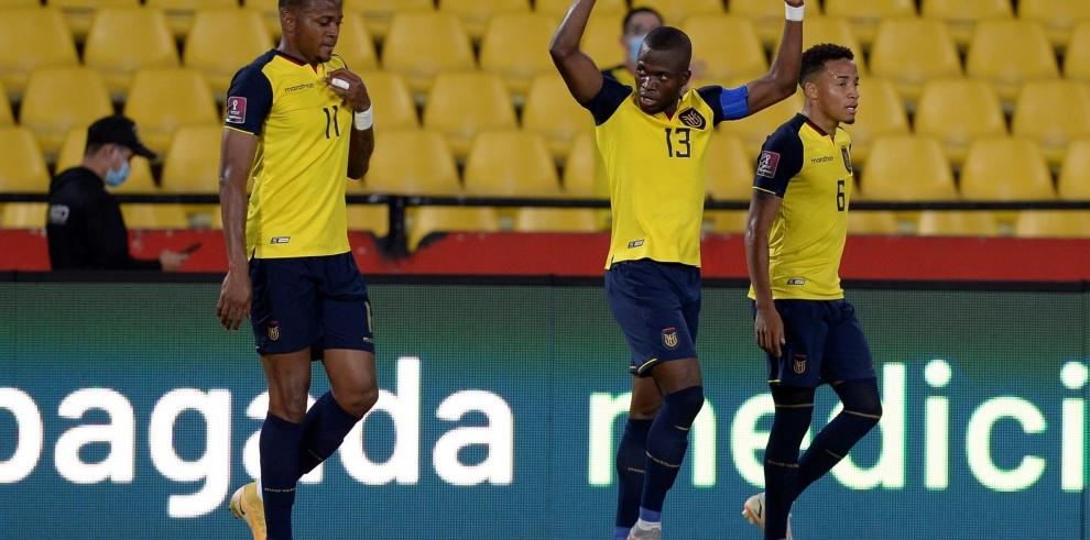 Jugadores de Ecuador celebran un gol contra Bolivia