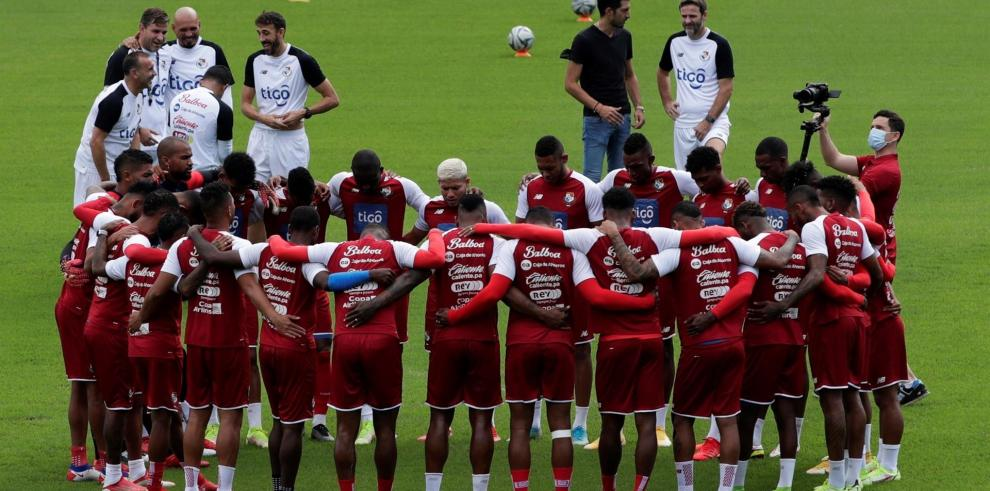 Jugadores y cuerpo técnico de la selección panameña de fútbol participan hoy en una sesión de entrenamiento en el estadio Rommel Fernández, en Ciudad de Panamá (Panamá).