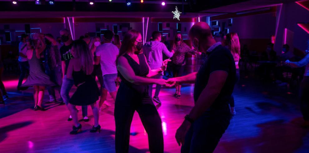 Varias personas bailan en una discoteca en Palma de Mallorca