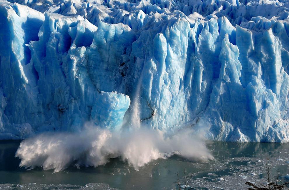 Grandes bloques de hielo caen sobre el Canal de los Témpanos el 7 de julio de 2008, en Santa Cruz, Argentina, causados por la grieta generada por la presión del agua