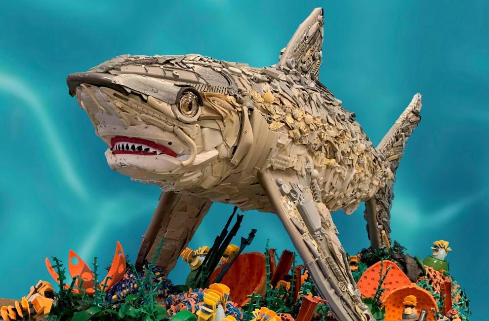 Convierte el plástico en arte para alertar sobre la contaminación del océano